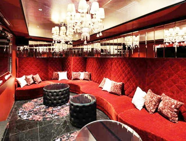 鮮やかな赤色のソファ